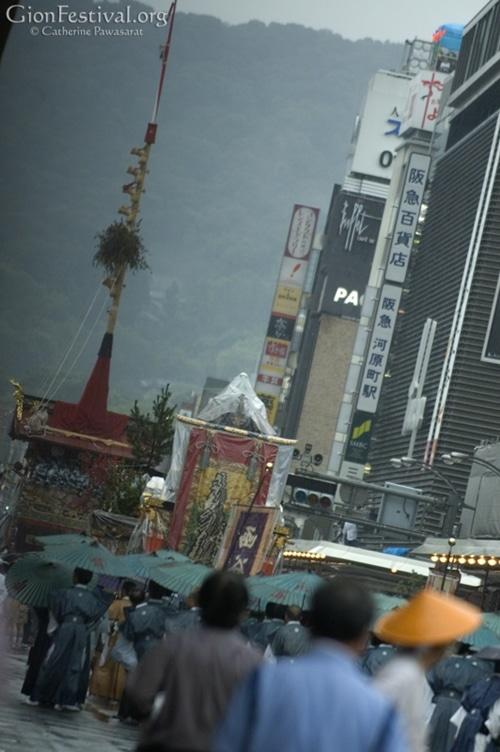 yamaboko procession rainy gion festival kyoto japan 5605