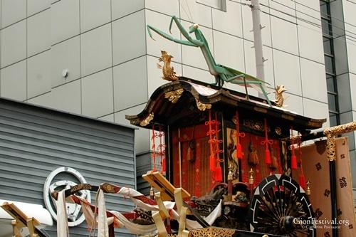 toro tourou yama praying mantis oxcart gion festival procession kyoto japan