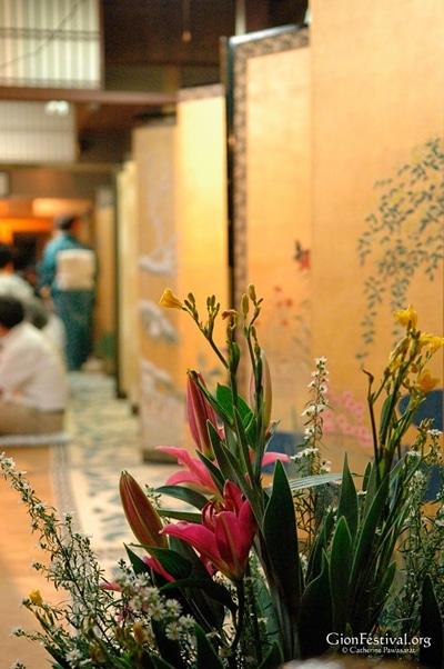 machiya traditional architecture flowers golden folding screen interior byobu matsuri ato matsuri gion festival july 24 kyoto japan