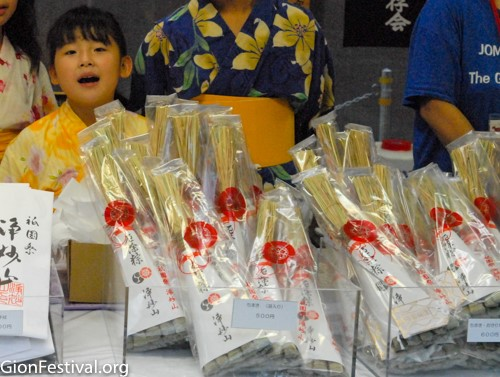 Children sell chimaki at Jomyo Yama